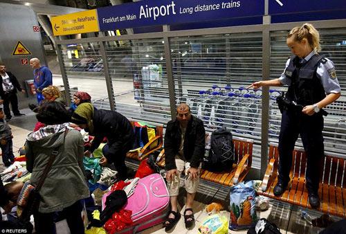 Nước Đức hò reo chào đón hàng nghìn người tị nạn Syria-14