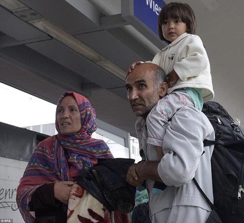 Nước Đức hò reo chào đón hàng nghìn người tị nạn Syria-18