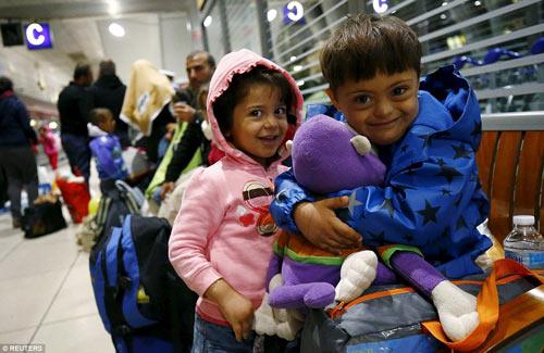 Nước Đức hò reo chào đón hàng nghìn người tị nạn Syria-2