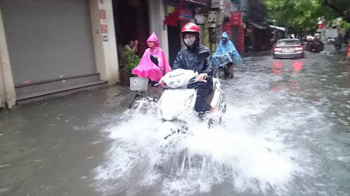 """Hà Nội: Mưa lớn, vừa thức dậy phố đã thành """"sông""""-1"""