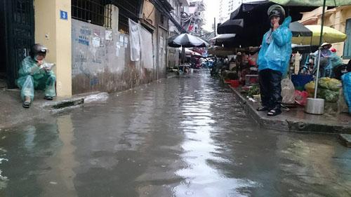 """Hà Nội: Mưa lớn, vừa thức dậy phố đã thành """"sông""""-2"""