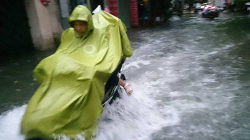 """Hà Nội: Mưa lớn, vừa thức dậy phố đã thành """"sông""""-3"""
