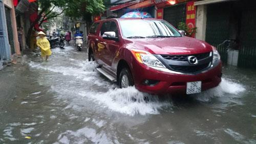 """Hà Nội: Mưa lớn, vừa thức dậy phố đã thành """"sông""""-4"""