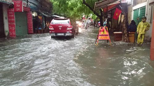 """Hà Nội: Mưa lớn, vừa thức dậy phố đã thành """"sông""""-5"""