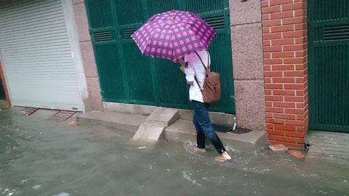 """Hà Nội: Mưa lớn, vừa thức dậy phố đã thành """"sông""""-7"""