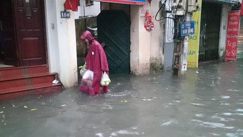 """Hà Nội: Mưa lớn, vừa thức dậy phố đã thành """"sông""""-8"""