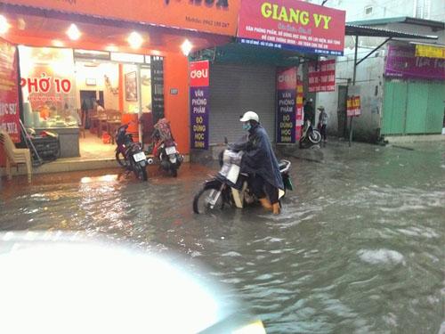 """Hà Nội: Mưa lớn, vừa thức dậy phố đã thành """"sông""""-10"""