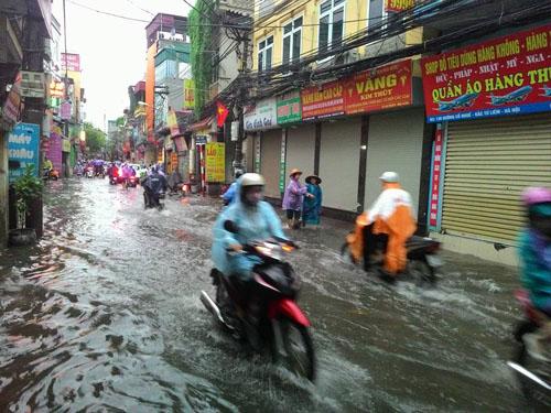 """Hà Nội: Mưa lớn, vừa thức dậy phố đã thành """"sông""""-11"""