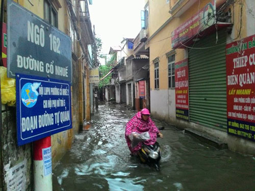 """Hà Nội: Mưa lớn, vừa thức dậy phố đã thành """"sông""""-12"""