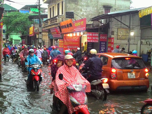 """Hà Nội: Mưa lớn, vừa thức dậy phố đã thành """"sông""""-13"""
