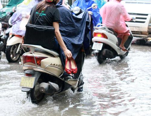 Hà Nội: Mưa lớn sáng sớm, nhiều tuyến phố ùn tắc kéo dài-8