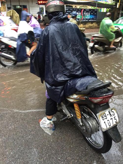 Hà Nội: Mưa lớn sáng sớm, nhiều tuyến phố ùn tắc kéo dài-7