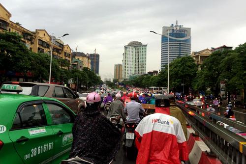 Hà Nội: Mưa lớn sáng sớm, nhiều tuyến phố ùn tắc kéo dài-4