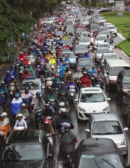 Hà Nội: Mưa lớn sáng sớm, nhiều tuyến phố ùn tắc kéo dài-2