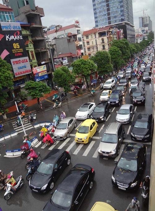 Hà Nội: Mưa lớn sáng sớm, nhiều tuyến phố ùn tắc kéo dài-3