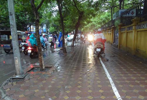 Hà Nội: Mưa lớn sáng sớm, nhiều tuyến phố ùn tắc kéo dài-9