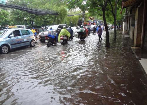 Hà Nội: Mưa lớn sáng sớm, nhiều tuyến phố ùn tắc kéo dài-10