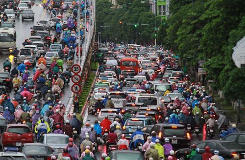 Hà Nội: Mưa lớn sáng sớm, nhiều tuyến phố ùn tắc kéo dài-1