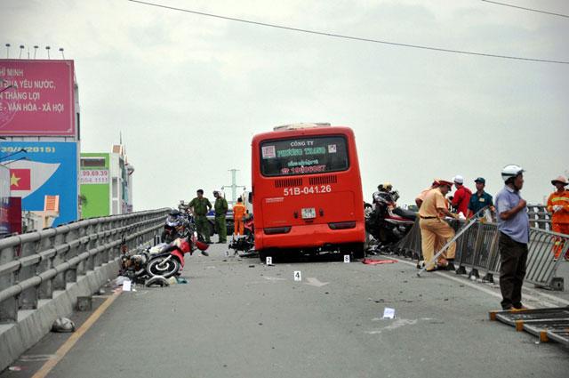 tphcm: xe khach ui vang 7 xe may tren cau vuot thep - 3
