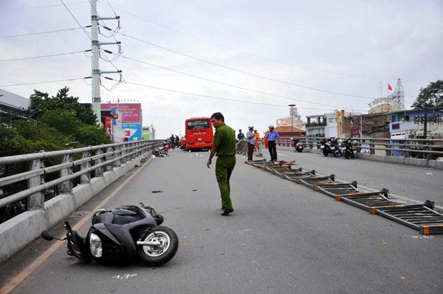 tphcm: xe khach ui vang 7 xe may tren cau vuot thep - 1