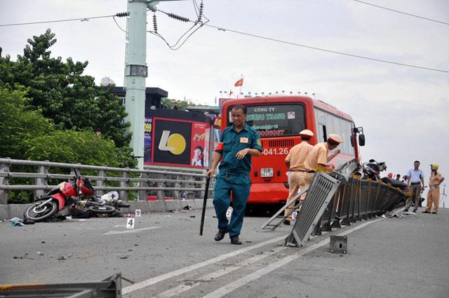 tphcm: xe khach ui vang 7 xe may tren cau vuot thep - 4