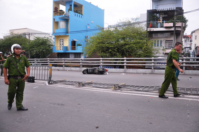 tphcm: xe khach ui vang 7 xe may tren cau vuot thep - 7