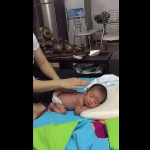 khanh thi lan dau khoe clip massage cho con trai - 3