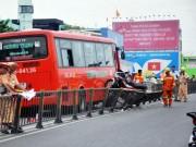 Tin trong nước - TPHCM: Xe khách ủi văng 7 xe máy trên cầu vượt thép