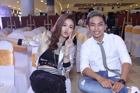 minh hang lan dau khoe me va em trai tai su kien - 9