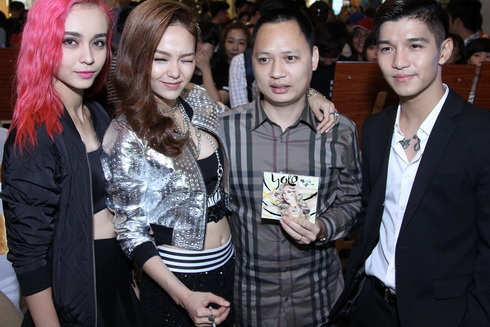 minh hang lan dau khoe me va em trai tai su kien - 17