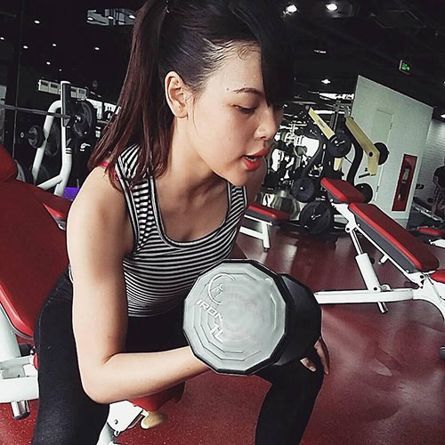 hotgirl day gym mach chieu bau bi tang it can, con du chat - 3