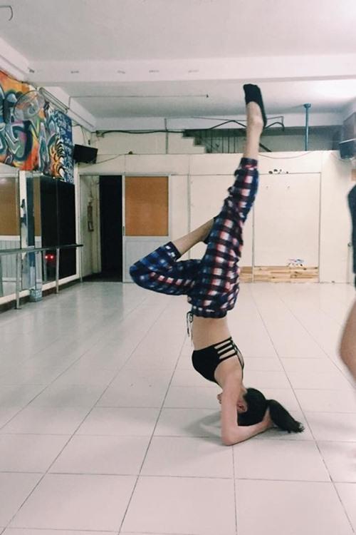 """4 my nhan vbiz gay chu y voi dong tac yoga """"trong cay chuoi"""" - 6"""