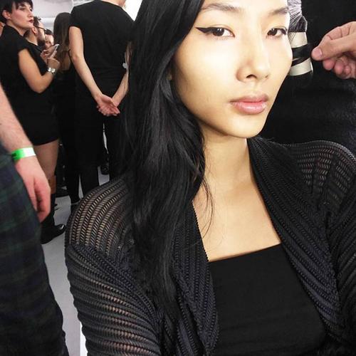 "hoang thuy tiep tuc ""cong pha"" san dien london fashion week - 1"