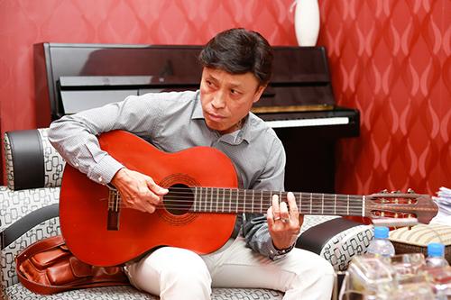 tuan ngoc om guitar tap hat cung khanh ha - 6