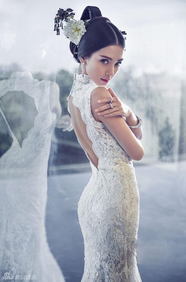 Cô dâu sắp cưới Angela Baby vừa tung ra bộ ảnh cưới mang phong cách cổ trang khiến các fan hâm mộ ngất ngây.