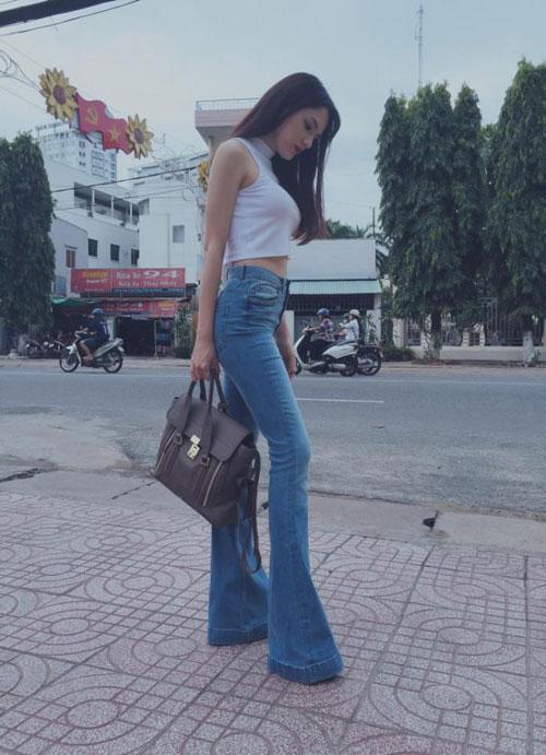 sao viet chan bong thon dai nho quan jeans ong loe - 3