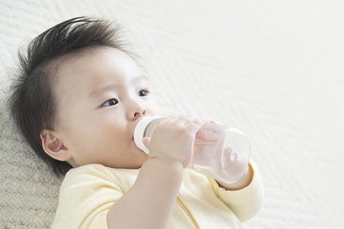 """cach """"cuu"""" tre so sinh bi tao bon khong can thuoc - 1"""