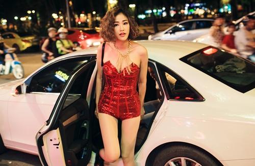maya dien trang phuc sexy, lai xe hop bac ty di dien - 1