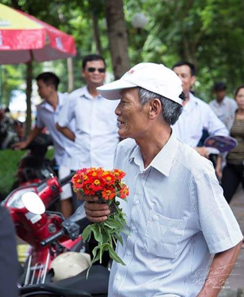 ong ngoai 73 tuoi cam hoa truoc cong truong thi tang cho chau gai - 1
