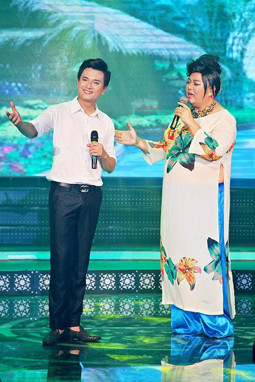 mac scandal, lam chi khanh van duyen dang ao dai di hat - 9
