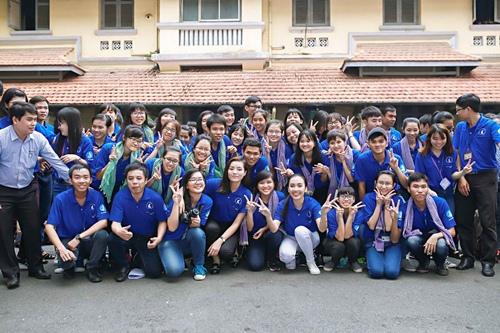 HH Kỳ Duyên giản dị vẫn đẹp rạng rỡ trong màu áo xanh tình nguyện-10