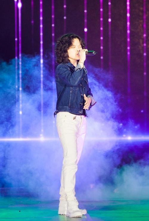 Hòa Minzy đi chân đất, biểu diễn thu hút ở phố đi bộ Nguyễn Huệ-9