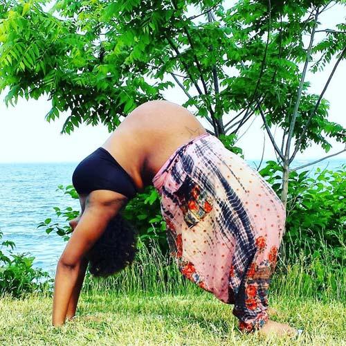 """Mẹ bầu """"bụng to vượt mặt"""" gập người tập yoga gây tranh cãi-5"""