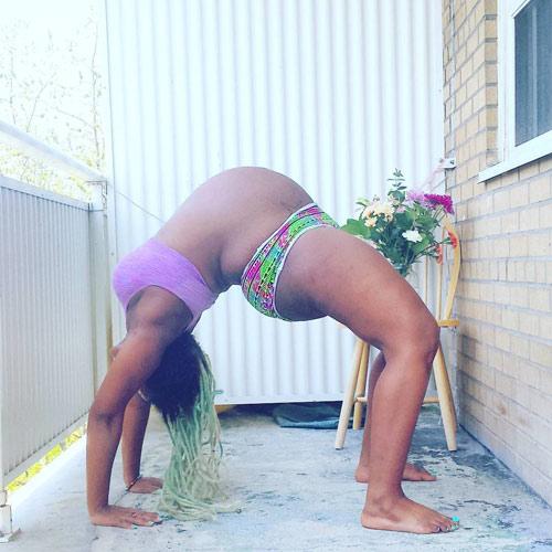 """Mẹ bầu """"bụng to vượt mặt"""" gập người tập yoga gây tranh cãi-6"""
