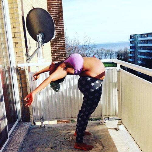 """Mẹ bầu """"bụng to vượt mặt"""" gập người tập yoga gây tranh cãi-7"""