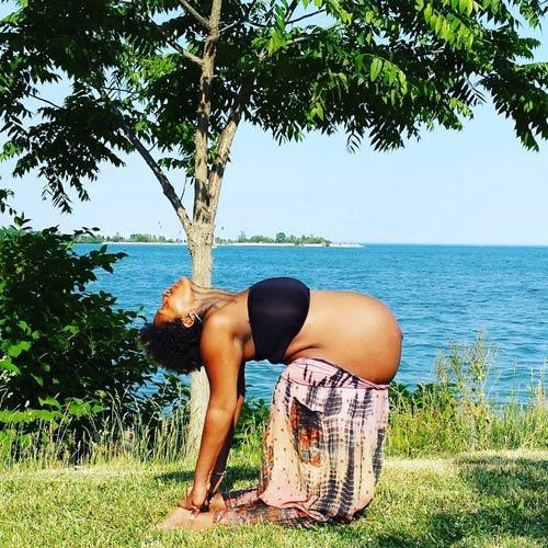 """Mẹ bầu """"bụng to vượt mặt"""" gập người tập yoga gây tranh cãi-9"""