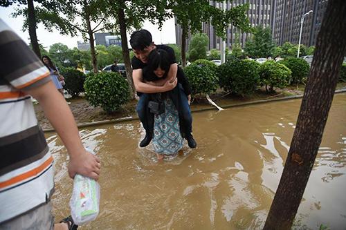 Sợ bẩn giày, chàng trai trèo lên lưng để bạn gái cõng qua chỗ lội-3