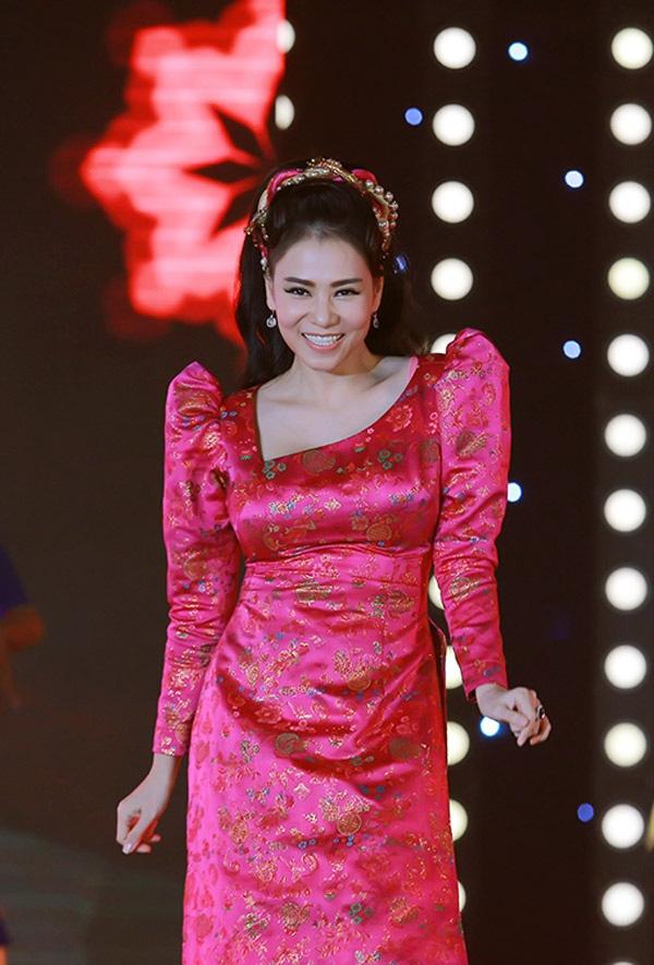 """Váy áo đắt tiền nhưng vẫn """"phản chủ"""" của Thu Minh-2"""