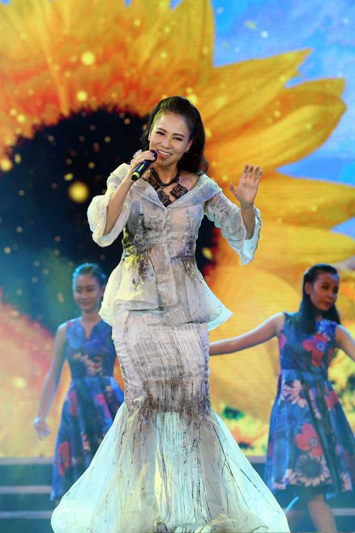 """Váy áo đắt tiền nhưng vẫn """"phản chủ"""" của Thu Minh-1"""
