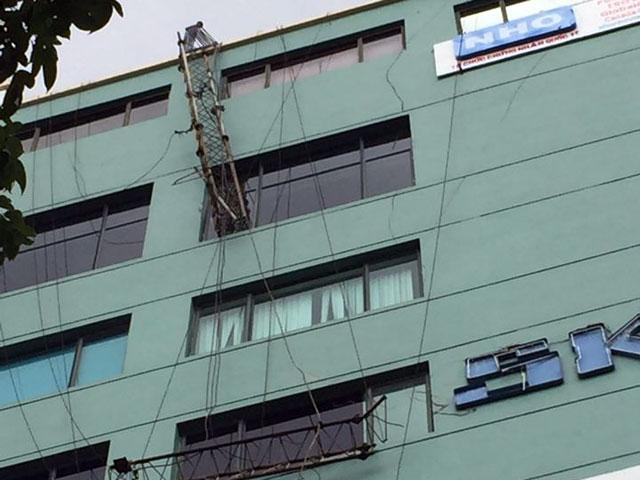 HN: Cột thu sóng gãy văng vào văn phòng, 1 người chết-1
